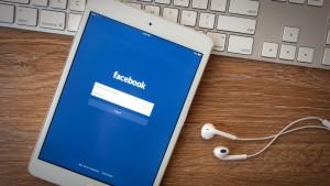 20150422204715-ipad-facebook-apple-computer-tablet